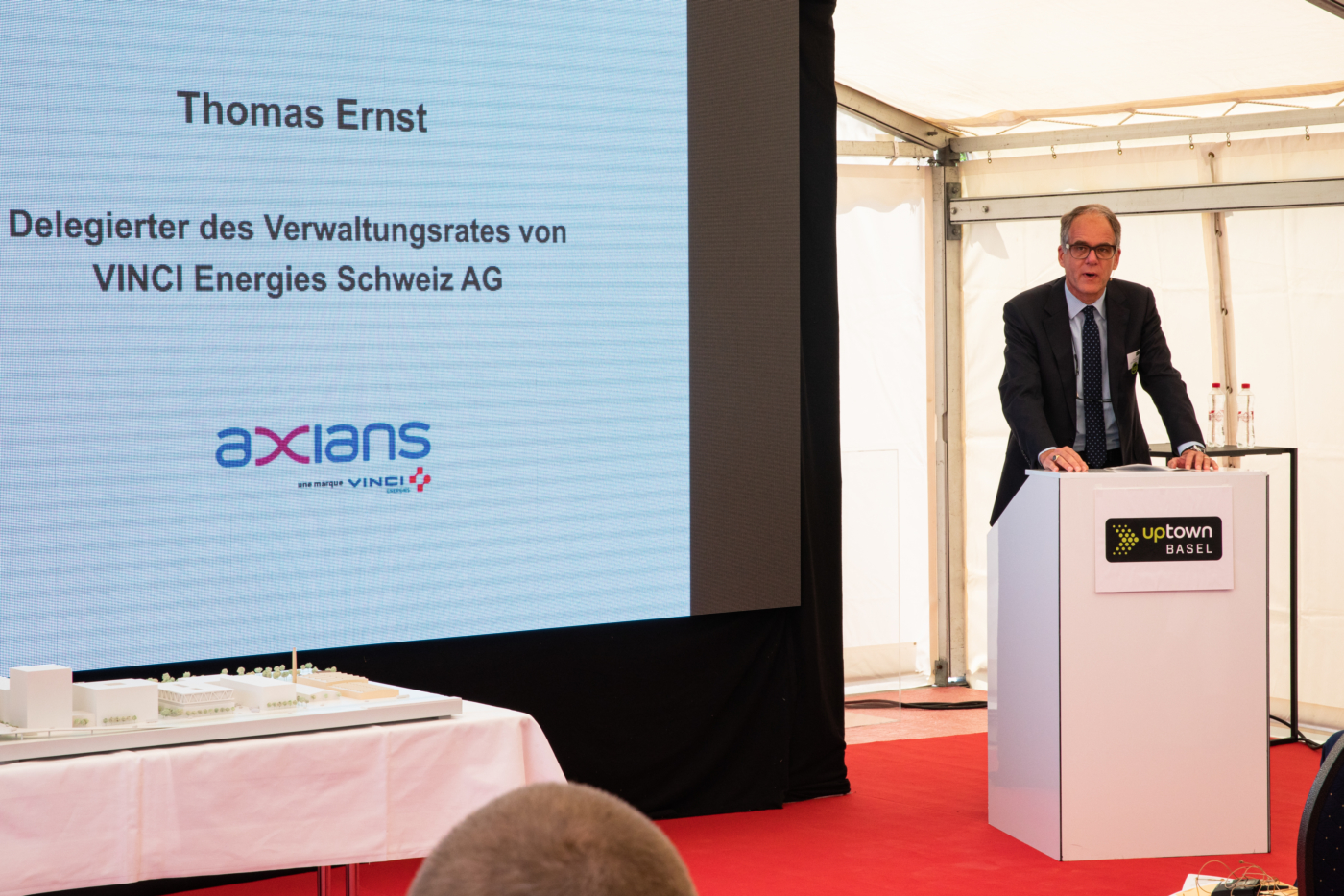 Photos for this media folder, One of the first tenants of the first building will be Axians. Thomas Ernst, CEO and Chairman of VINCI Energies Switzerland AG, presents the future utilisation of the site. © Copyright Sara Barth, Basel  Digitale Medienmappe «Laying the uptownBasel foundation stone: a quantum leap for the industry», uptownBasel